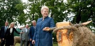 Rugpjūčio 15 d. atidarytą šieno skulptūrų parodą aplankė LR prezidentė Dalia Grybauskaitė